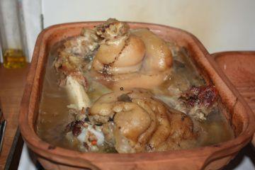 Cserépedényben főtt, kenyértésztában sült csülök