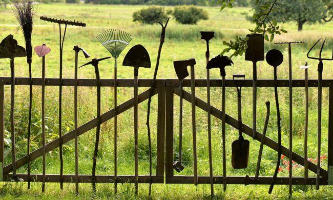 Ásó, kapa… így készítsük fel kerti szerszámainkat a télre!